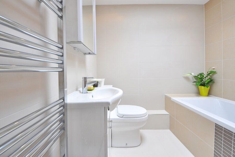Jak urządzić małą łazienkę bez okna